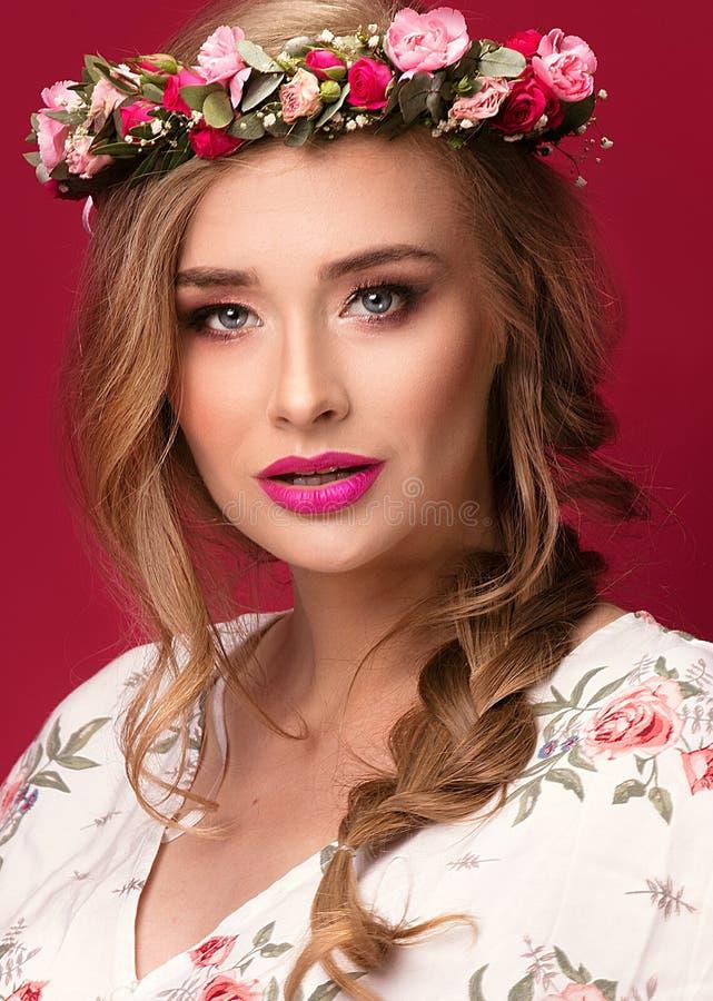 Kvinnlig modell för skönhet med blommahuvudbindeln royaltyfri foto
