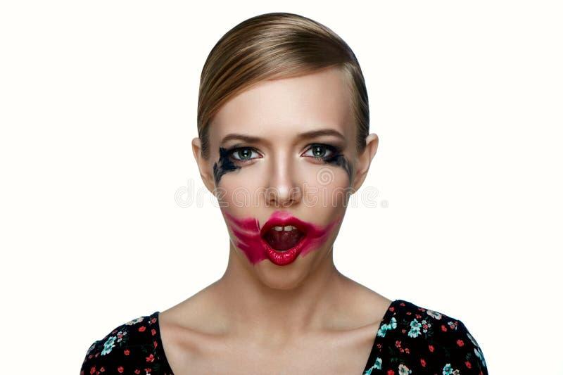 Kvinnlig modell för skönhet med suddig röd läppstift på öppen mun arkivfoton