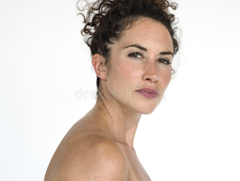 Kvinnlig modell för ståendestudiokvinna arkivfoto