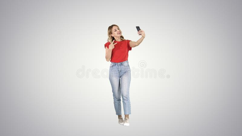 Kvinnlig modell för underbar lutning som gör selfie, medan gå på lutningbakgrund royaltyfri foto