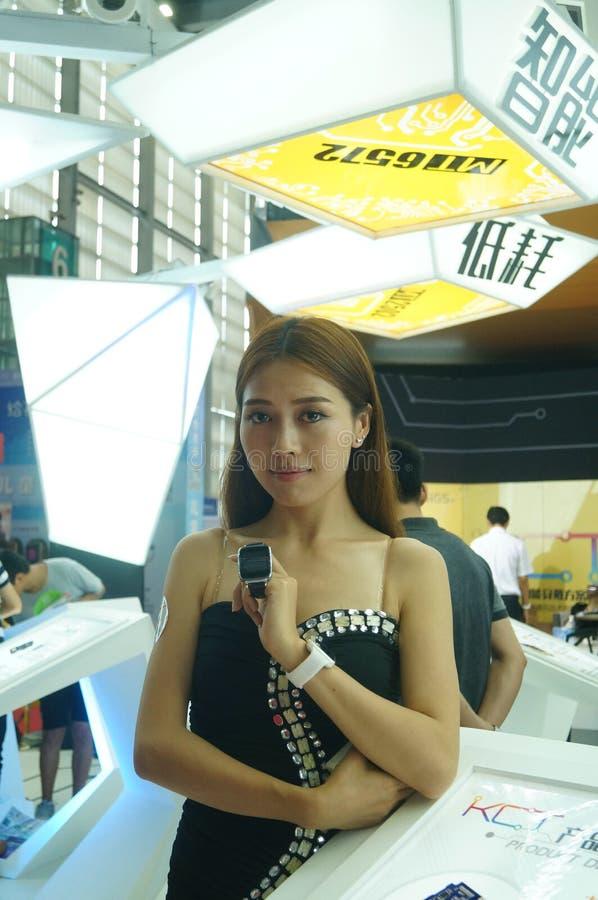 Kvinnlig modell i smart klocka för skärm fotografering för bildbyråer