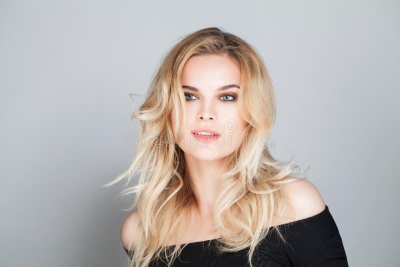 Kvinnlig modell med den krabba blonda frisyren arkivbilder