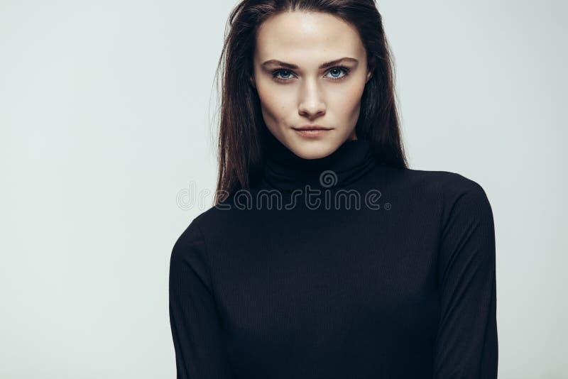 Kvinnlig modell med intensiv blick arkivfoton