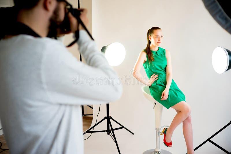 Kvinnlig modell som arbetar på studion royaltyfri bild