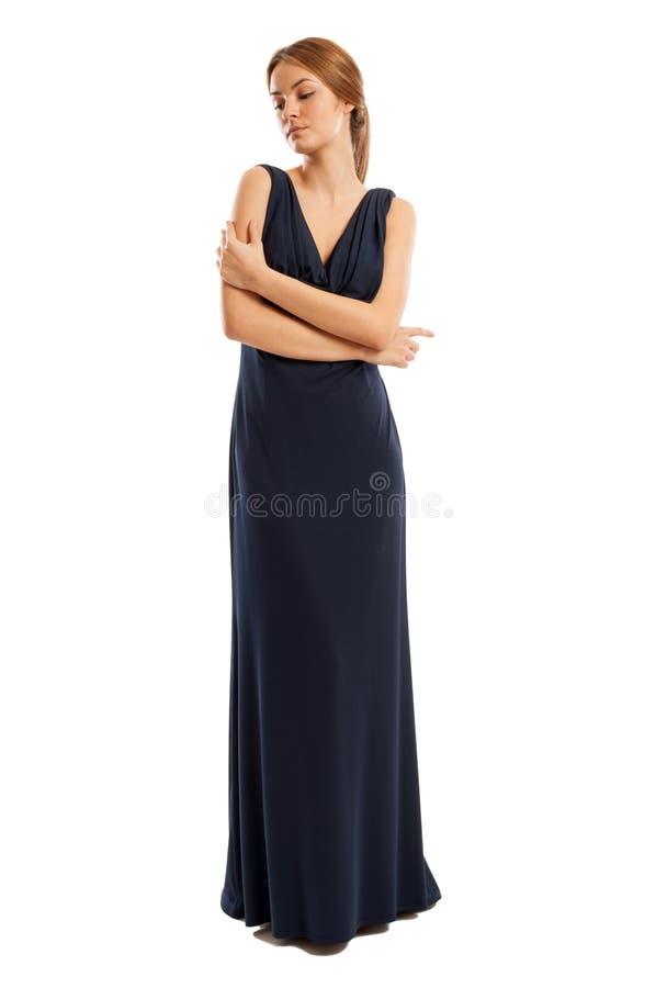 Kvinnlig modell som bär den långa klänningen med sinnlig inställning arkivfoton