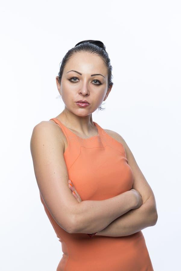 Kvinnlig modell som bär den orange klänningen arkivfoto