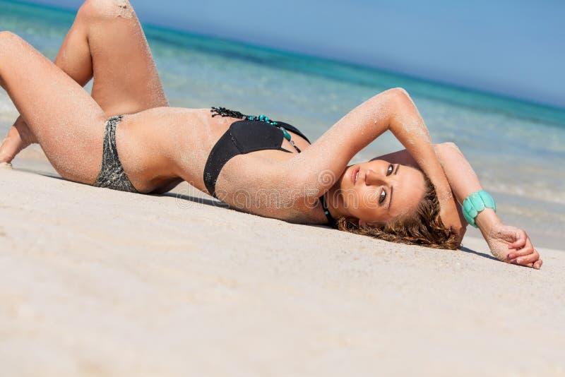 Kvinnlig modell som bär den svarta bikinin i vattnet royaltyfri bild