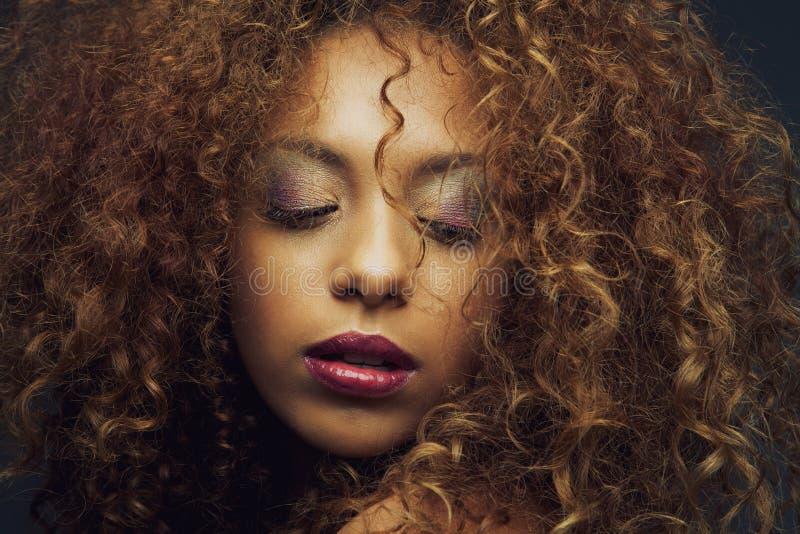 Kvinnlig modemodell för härlig afrikansk amerikan royaltyfri foto