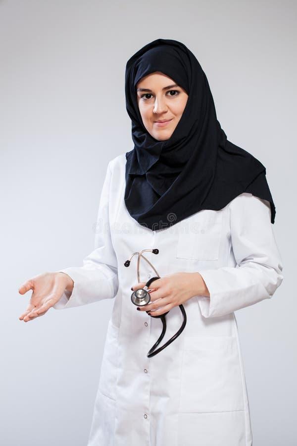 Kvinnlig muslimdoktor royaltyfria bilder
