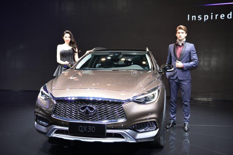 Kvinnlig och manlig modemodell på Infiniti QX30 SUV royaltyfria foton