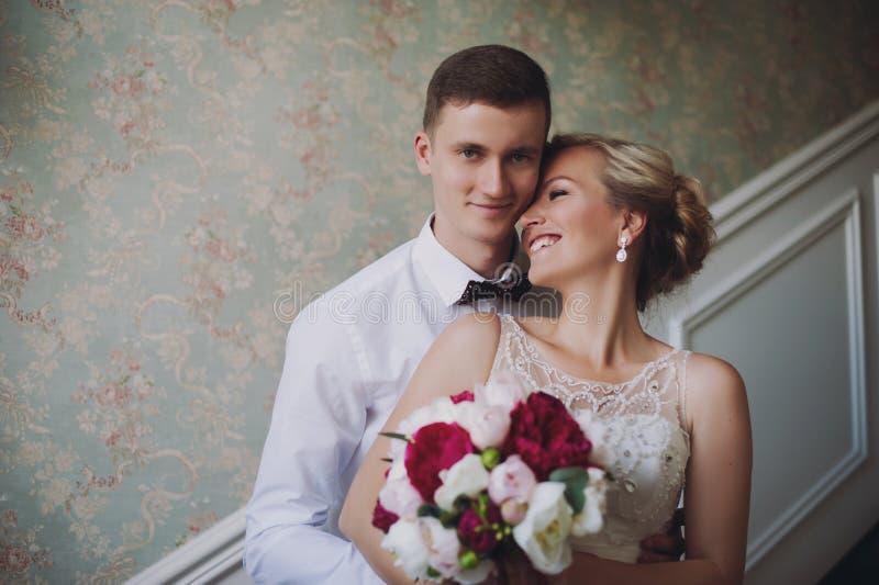 Kvinnlig och manlig stående Dam och grabb utomhus Gifta sig par som är förälskade, närbildstående av den unga och lyckliga bruden arkivfoton
