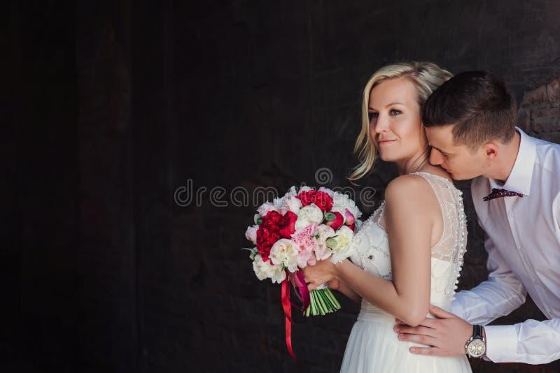 Kvinnlig och manlig stående Dam och grabb utomhus Gifta sig par som är förälskade, närbildstående av den unga och lyckliga bruden royaltyfria bilder