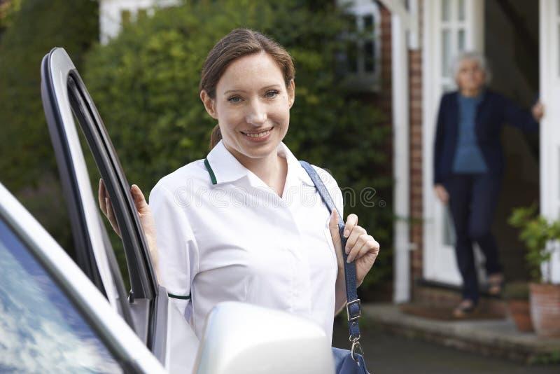 Kvinnlig omsorgarbetare som hemma besöker den höga kvinnan royaltyfria foton