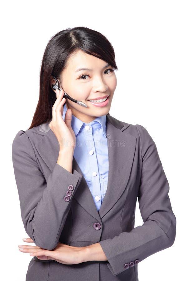 Kvinnlig operatör för kundservice med hörlurar med mikrofon royaltyfri bild