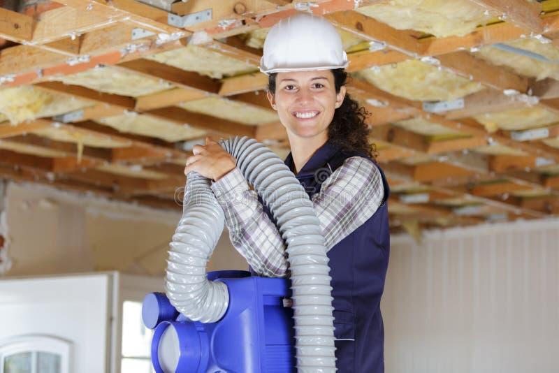 Kvinnlig operatör som kontrollerar ventilerad uppvärmning och att betinga för luft royaltyfria foton