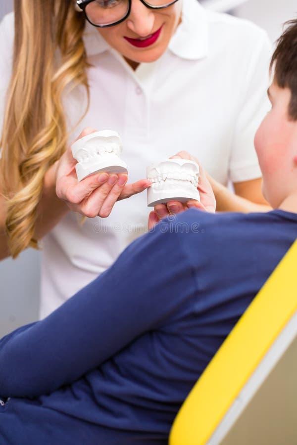 Kvinnlig Orthodontist och pojke arkivfoton