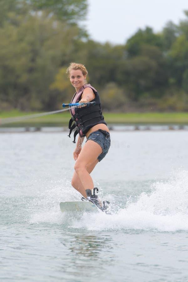 Kvinnlig på wakeboardmästerskap royaltyfri fotografi
