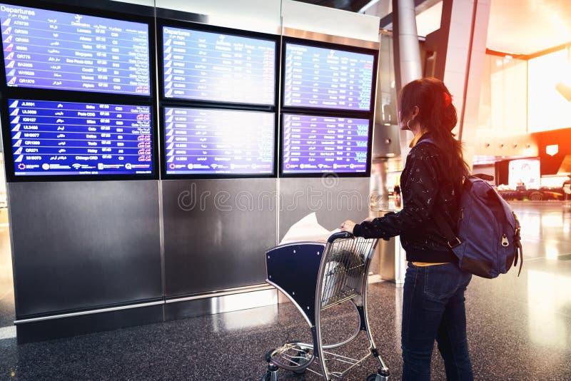 Kvinnlig passagerare på airporen royaltyfri bild