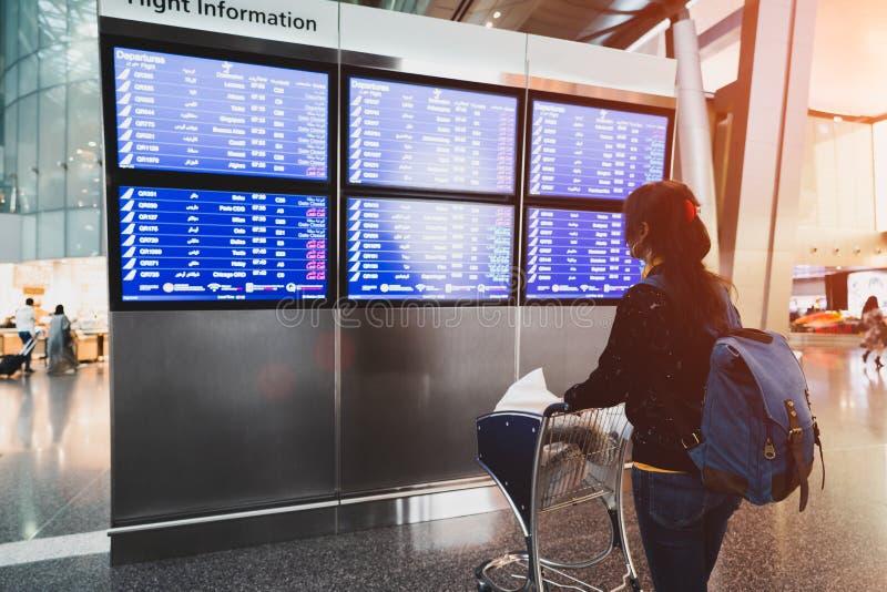 Kvinnlig passagerare på airporen arkivfoton