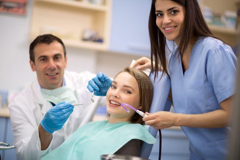 Kvinnlig patient på tandläkaren royaltyfria foton