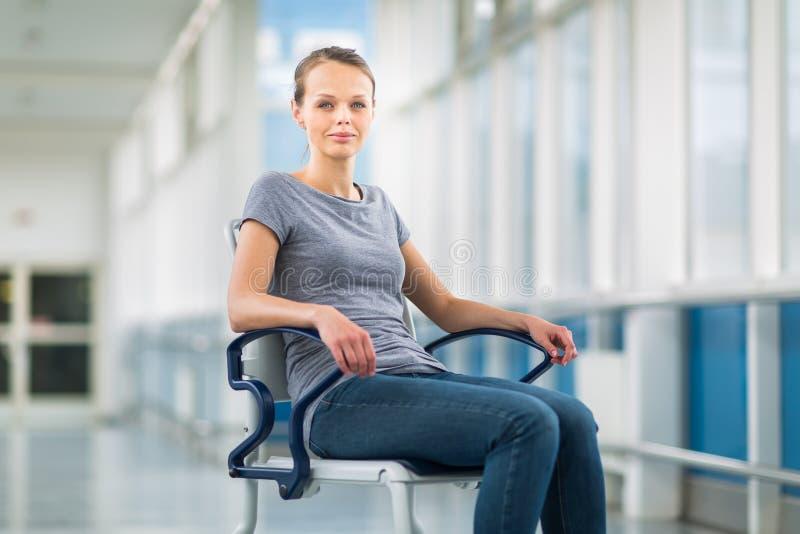 Kvinnlig patient som sitter i en rullstol för patienter royaltyfri bild