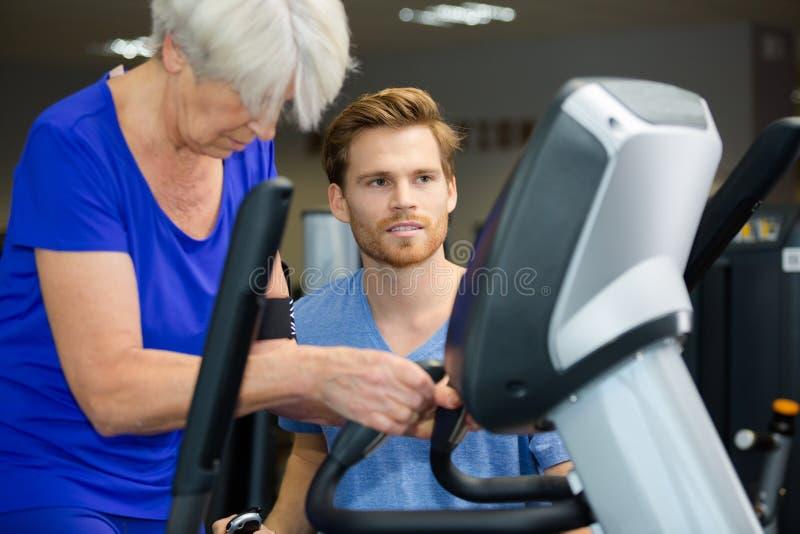 Kvinnlig pensionär som får klar att springa konkurrens arkivfoto