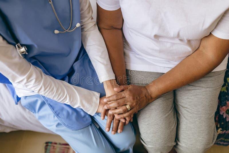 Kvinnlig pension?rpatient f?r doktor Holding Hand Of royaltyfri fotografi
