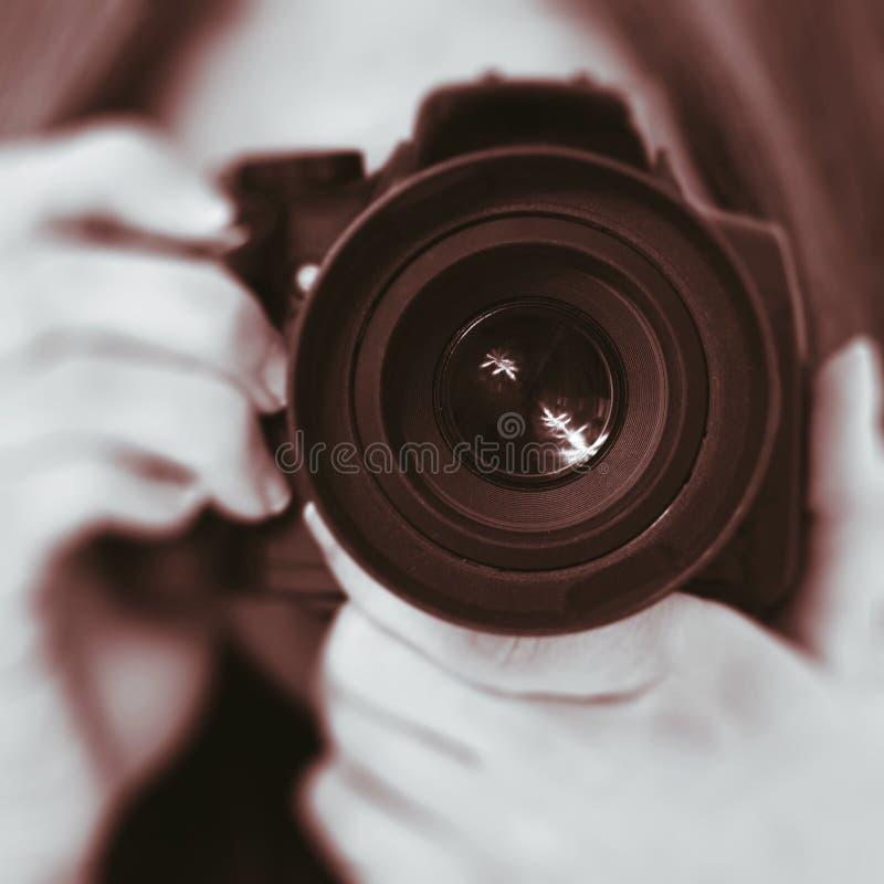 Kvinnlig person som tar bilder arkivbild
