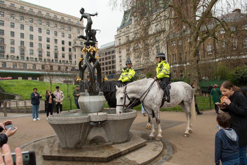 Kvinnlig polis på häst i London arkivfoto