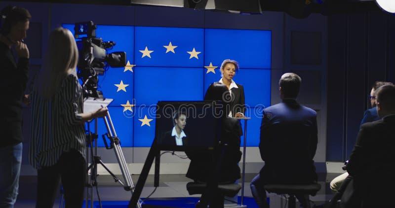 Kvinnlig politiker av EU som har presskonferensen royaltyfri foto