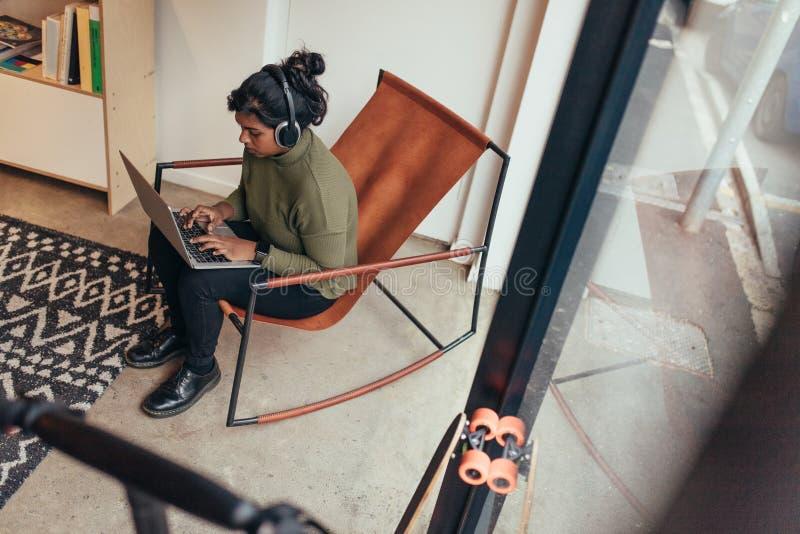 Kvinnlig programmerare som arbetar på hennes start arkivbilder