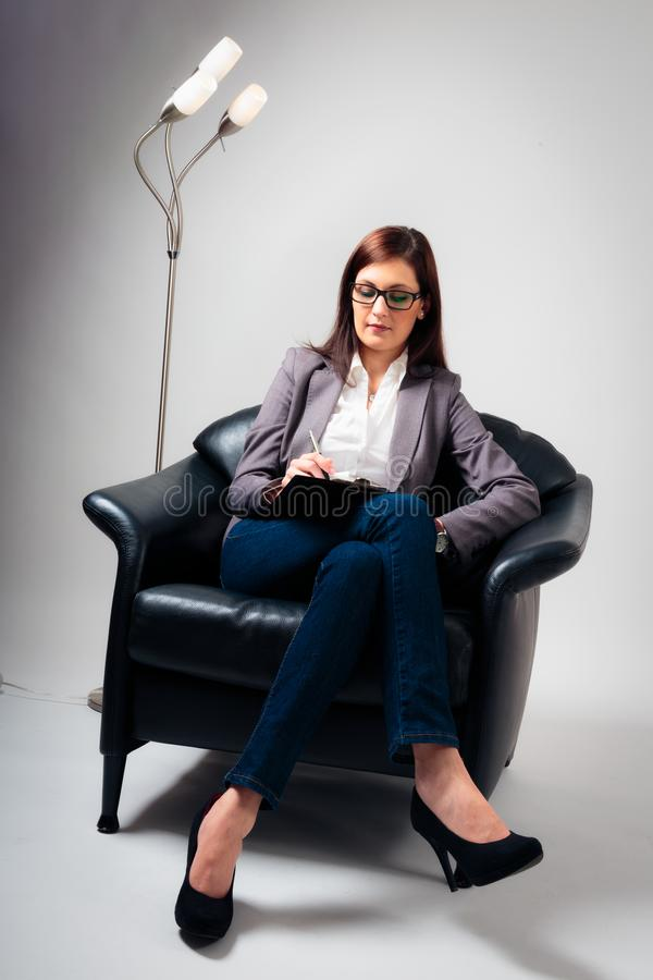 Kvinnlig psykolog Listening arkivbild