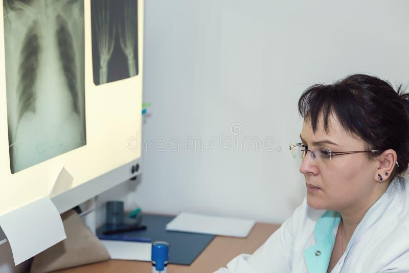 Kvinnlig röntgenstråledoktor arkivfoto