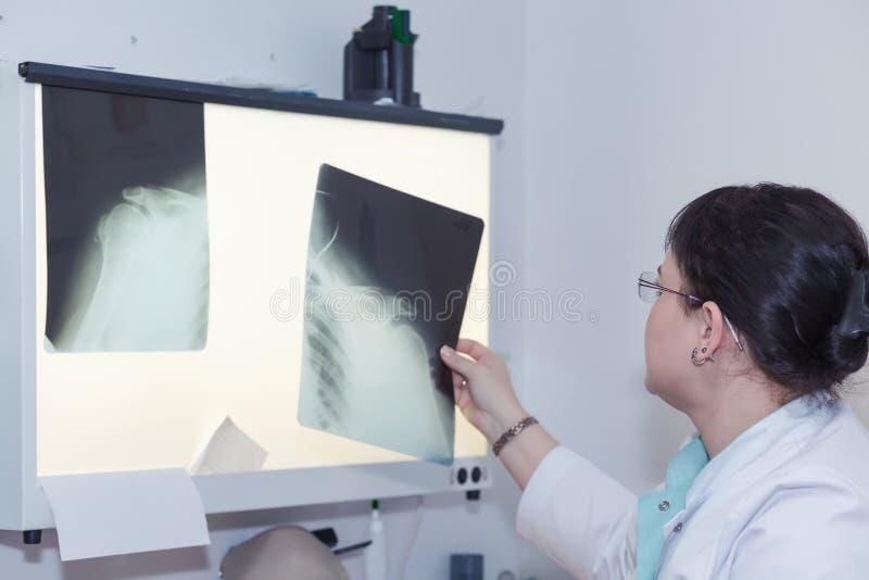 Kvinnlig röntgenstråledoktor royaltyfria foton