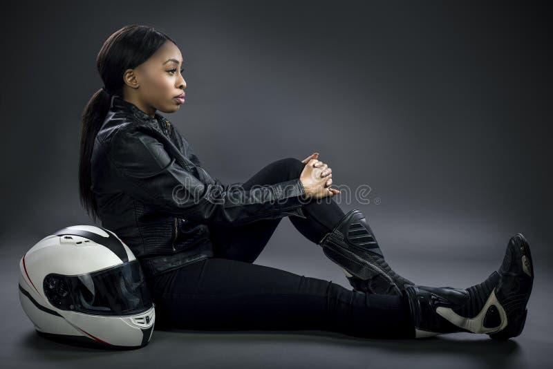 Kvinnlig racerbilchaufför eller jippokvinna eller motorcyklist royaltyfri bild