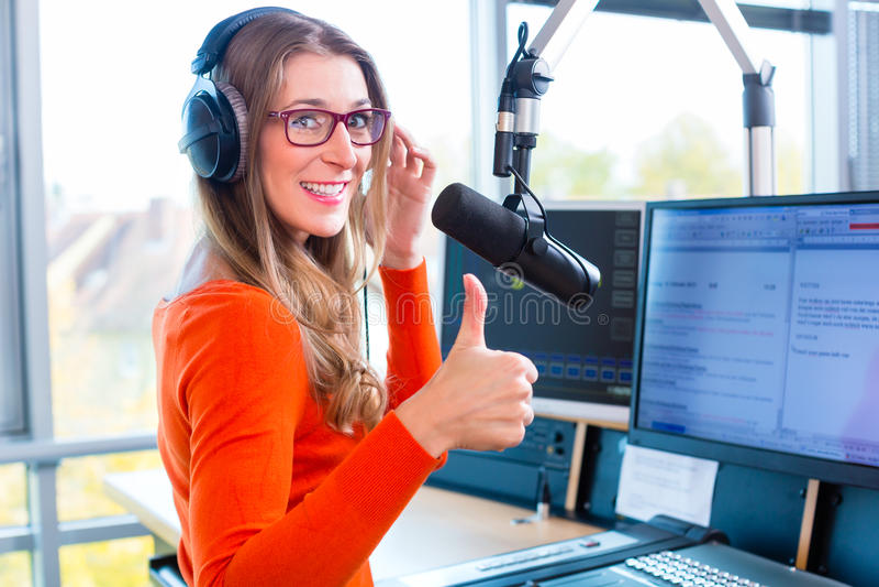 Kvinnlig radiopresentatör i radiostation på luft arkivfoton