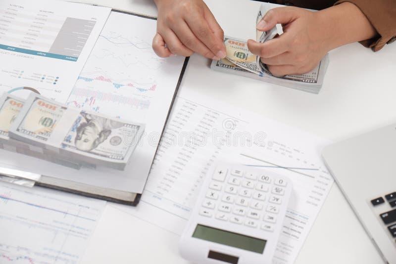 Kvinnlig revisor för affärskvinnor som i regeringsställning arbetar den finansiella arbetsplatsen för affärsredovisning arkivbilder
