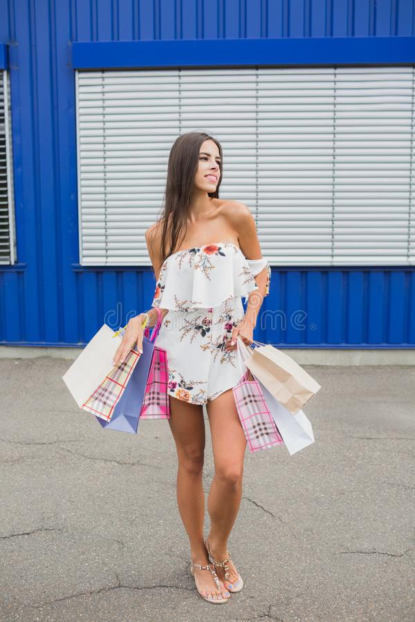 Kvinnlig shopping Damen bär pappers- påsar med den varma försäljningen för text, stor försäljning För försäljningar och rabatter  arkivfoton