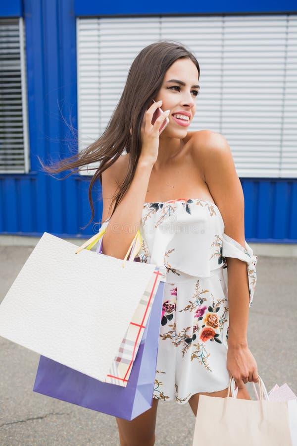 Kvinnlig shopping Damen bär pappers- påsar med den varma försäljningen för text, stor försäljning För försäljningar och rabatter  arkivbild