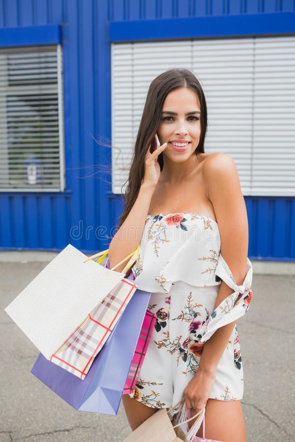 Kvinnlig shopping Damen bär pappers- påsar med den varma försäljningen för text, stor försäljning För försäljningar och rabatter  royaltyfri foto