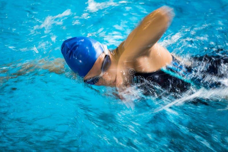 Kvinnlig simmare i en inomhus simbassäng royaltyfri fotografi