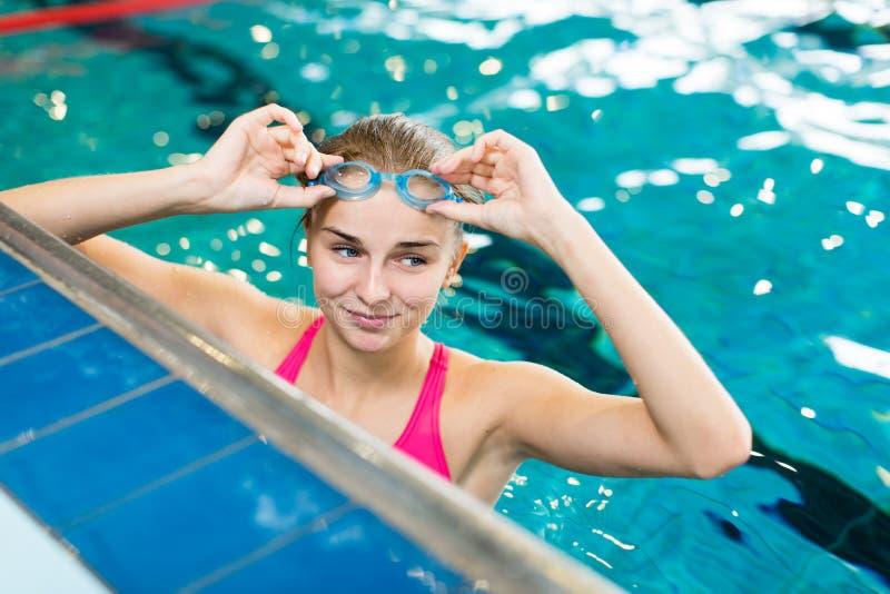 Kvinnlig simmare i en inomhus simbassäng royaltyfria foton
