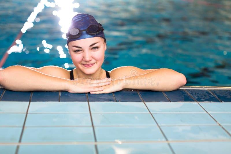 Kvinnlig simmare i en inomhus simbassäng fotografering för bildbyråer