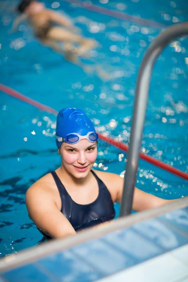 Kvinnlig simmare i simbassäng royaltyfri fotografi