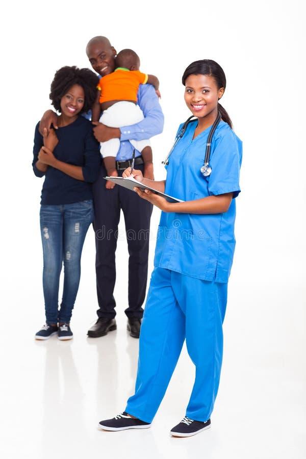 Afrikansk sjuksköterskafamilj arkivfoton