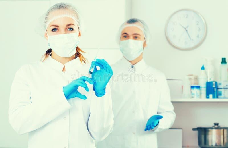 Kvinnlig sjuksköterska- och mandoktor royaltyfri foto