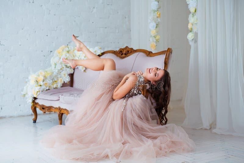 Kvinnlig skönhet Lyxig kvinnastående med perfekt hår och smink Attraktiv ung dam i den eleganta klänningen som in poserar royaltyfria bilder