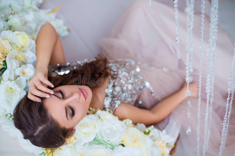 Kvinnlig skönhet Lyxig kvinnastående med perfekt hår och smink Attraktiv ung dam i slut för elegant klänning upp överkant arkivbild
