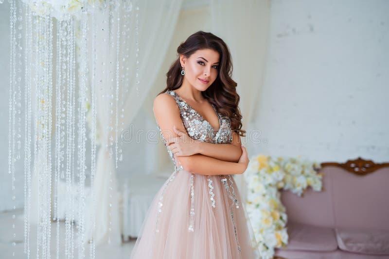 Kvinnlig skönhet Lyxig kvinnastående med perfekt hår och smink Attraktiv ung dam i slut för elegant klänning upp royaltyfri foto