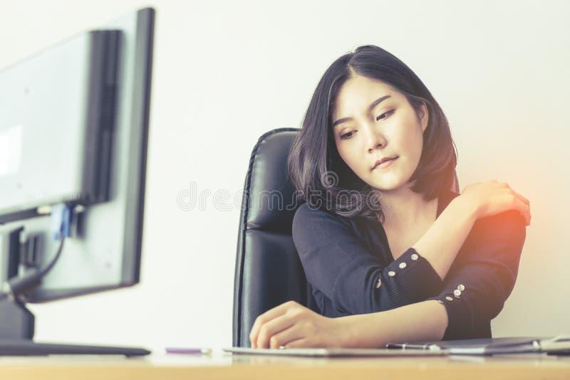 Kvinnlig skada för lidande för kontorsarbetare på skuldra från lång arbetstid royaltyfri bild